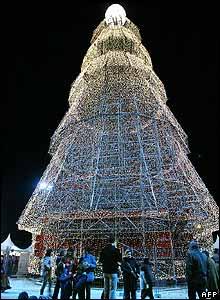Es un �rbol de Navidad, pero quiz� no como los que conocemos. Es un gigante de 40 metros en el Pa�s Vasco, en Espa�a.