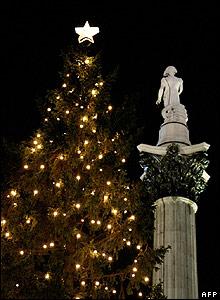Igual que el �rbol de Berl�n, �ste que compite en altura con la Columna de Nelson en la Plaza de Trafalgar, en Londres, es un regalo de Noruega.