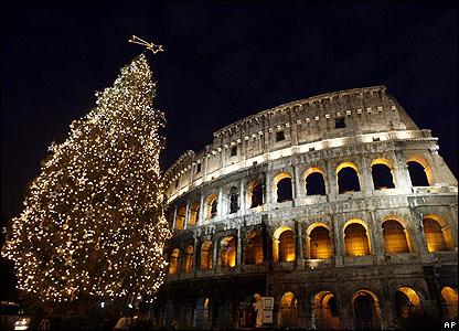 En otra capital europea, Roma, se ha erigido por primera vez un �rbol de Navidad en el Coliseo.