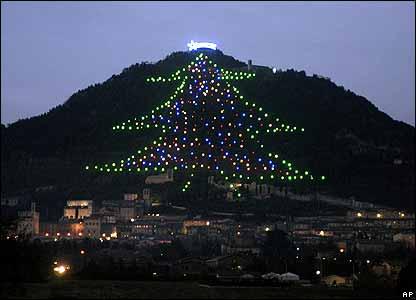 El pueblo italiano de Gubbio tiene un �rbol gigante de Navidad con luces en forma de tres picos salientes en el vecino Monte Ingino.