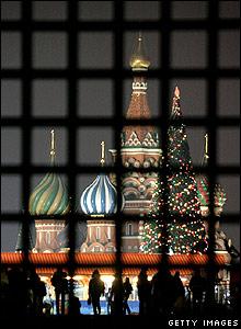 """Rusia ten�a """"�rboles de A�o Nuevo"""" en los tiempos sovi�ticos. Este a�o, la Plaza Roja de Mosc� luce un �rbol artificial gigante, pero la decoraci�n se ve bastante tradicional."""
