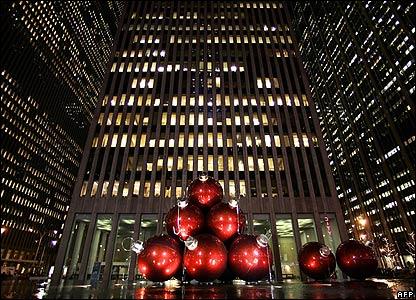 Entre los rascacielos de Nueva York, parecer�a que incluso los adornos tienen que ser gigantes.