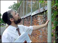 Checking the eruv in north London