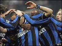Futbolistas del Inter de Mil�n festejando un gol