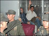 La polic�a colombiana traslada a l�deres paramilitares.