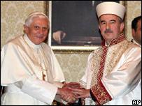Benedicto XVI y Ali Bardakoglu, director de Asuntos Religiosos de Turquía.