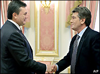 Ukraine's Prime Minister Viktor Yanukovych (left) and President Viktor Yushchenko