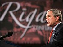 Президент США Джордж Буш во время саммита в Риге