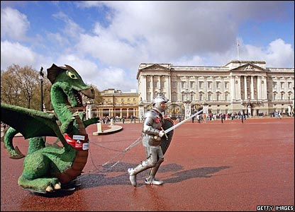 Lloyd Scott passes Buckingham Palace while running the London Marathon dressed as St George, complete with dragon