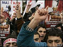 Turkish demonstrators protest against the visit by Pope Benedict XVI