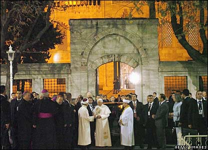 The Pope is welcomed by the Mufti of Istanbul and the Imam of the Blue Mosque, Mustafa Cagrici (centre-left)