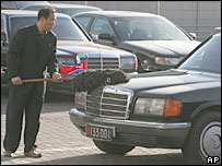 Official cleans North Korean car in Beijing - 16/12/06