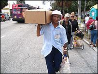 Latino recoge alimentos en calle Flager de Miami