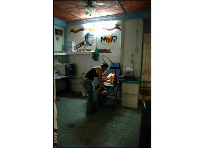 El acceso gratuito a la atenci�n de salud b�sica y a la dentister�a -por medio del programa Barrio Adentro- es uno de los mayores avances que los residentes dicen haber experimentado bajo el gobierno