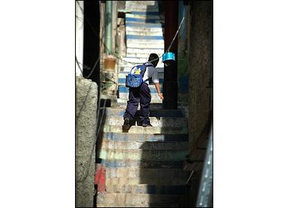 Las escaleras construidas por los residentes llevan a partes del barrio que de otra manera ser�an inaccesibles.  A menudo, �stas son empinadas, irregulares y est�n en malas condiciones.