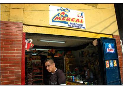 Muchos residentes del barrio obtienen sus v�veres de los Mercales, tiendas subsidiadas pro el gobierno que venden comida -incluidas carne, productos diarios y vegetales- con un descuento considerable.