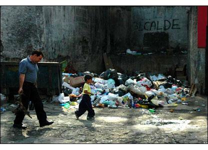 La basura es un gran problema en los barrios de Caracas, a pesar de las campa�as para que la gente use los recipientes destinados para depositarla. En el Jos� F�lix Ribas algunos vecinos est�n intenta