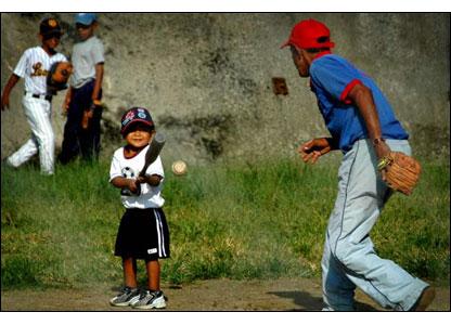 """A los venezolanos los enloquece el b�isbol, y los habitantes del barrio Jos� F�lix Ribas no son la excepci�n. Desde los tres a�os, los ni�os empiezan a entrenar en """"guarder�as de b�isbol""""."""