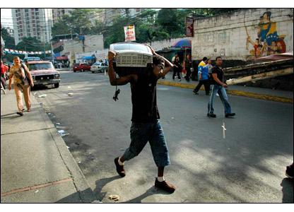 Los l�deres comunitarios reconocen que a�n hay grandes problemas que requieren atenci�n en los barrios, pero dicen que por primera vez sienten que las cosas se ven mejor. Fotos: Emma Lynch. Texto: Nat