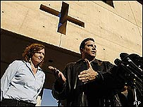 Carlos P�rez-Carrillo, vocero de la Red de Sobrevivientes de los Abusados por Sacerdotes, en una rueda de prensa en LA.