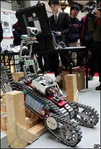 Un robot sortea obst�culos del terreno bajo la mirada atenta de estudiantes japoneses