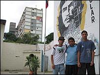 Luis, Israel y Tom�s, en el barrio 23 de Enero, Caracas.