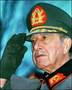 Pinochet votando en el plebiscito de 1980 para ratificar la nueva constitución.