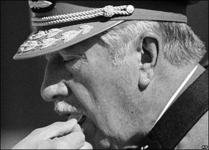 Pinochet recibiendo la comunión