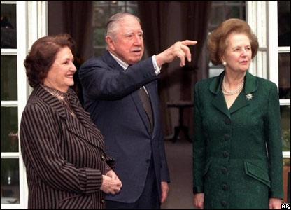 Pinochet y su esposa con Margaret Thatcher
