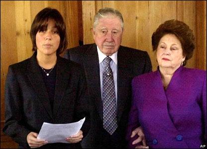 Pinochet con su esposa y su nieta