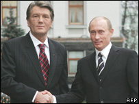 President of Ukraine Viktor Yushchenko (l) and his Russian counterpart Vladimir Putin