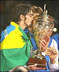El jugador brasileño Giba besa la copa del Mundial de Voleibol