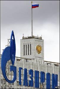 Edificio del gobierno de Moscú semioculto por un aviso de Gazprom