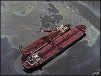 El barco Exxon Baton Rouge intenta limpiar el crudo en las costas de Alaska en marzo de 1989 (Foto de archivo)