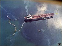 El crudo del Exxon Valdez es visible en las aguas del estrecho Prince William en abril de 1989 (Foto de archivo)