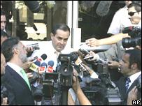 Juan Ignacio Vergara, m�dico jefe del Hospital Militar de Santiago de Chile, informa a la prensa