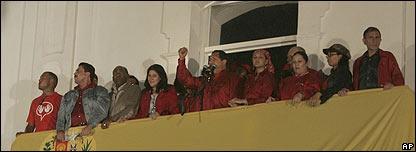 Hugo Ch�vez hablando desde el balc�n presidencial