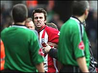 Prutton reacts to being sent off during the Arsenal game in 2005