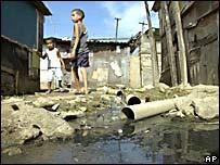 """Niños en una """"favela"""" de Río de Janeiro."""