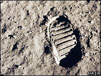Hella sobre la superficie lunar