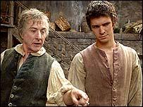 Dustin Hoffman (izquierda) en el filme El Perfume.