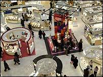 Sección de perfumería de tienda en París.