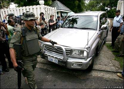 Fijian soldiers remove the Government cars from the home of Fijian Prime Minister Laisenia Qarase