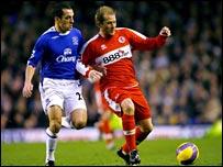 Everton's Leon Osman battles Boro's Gaizka Mendieta