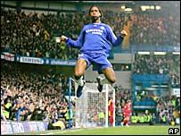 Didier Drogba, de Chelsea, festeja su segundo gol frente a Reading