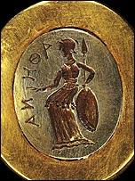 Sortija decorada con una piedra preciosa en la que está tallada la figura de una mujer.