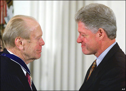 Former US President Bill Clinton presents Mr Ford with the Presidential Medal of Freedom in 1999