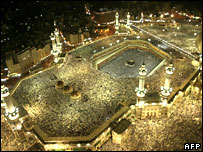 Pilgrims pray in Mecca on 23 December 2006