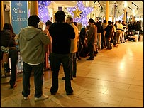 Shoppers queuing at Bluewater (photo from photostyles@aol.com)
