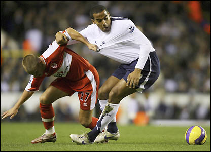 Tom Huddlestone battles with Lee Cattermole